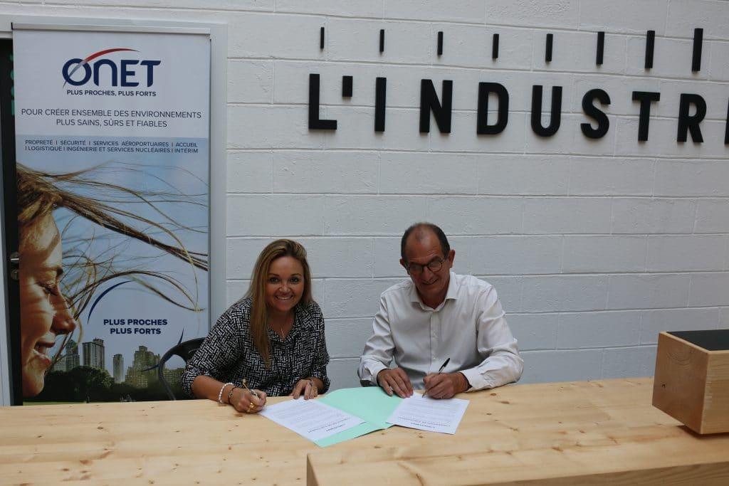 Laurence Lelouvier, Directrice des ressources humaines et de la RSE du Groupe Onet et Olivier Riboud, Directeur général de L'Industreet lors de la signature de la convention de partenariat.